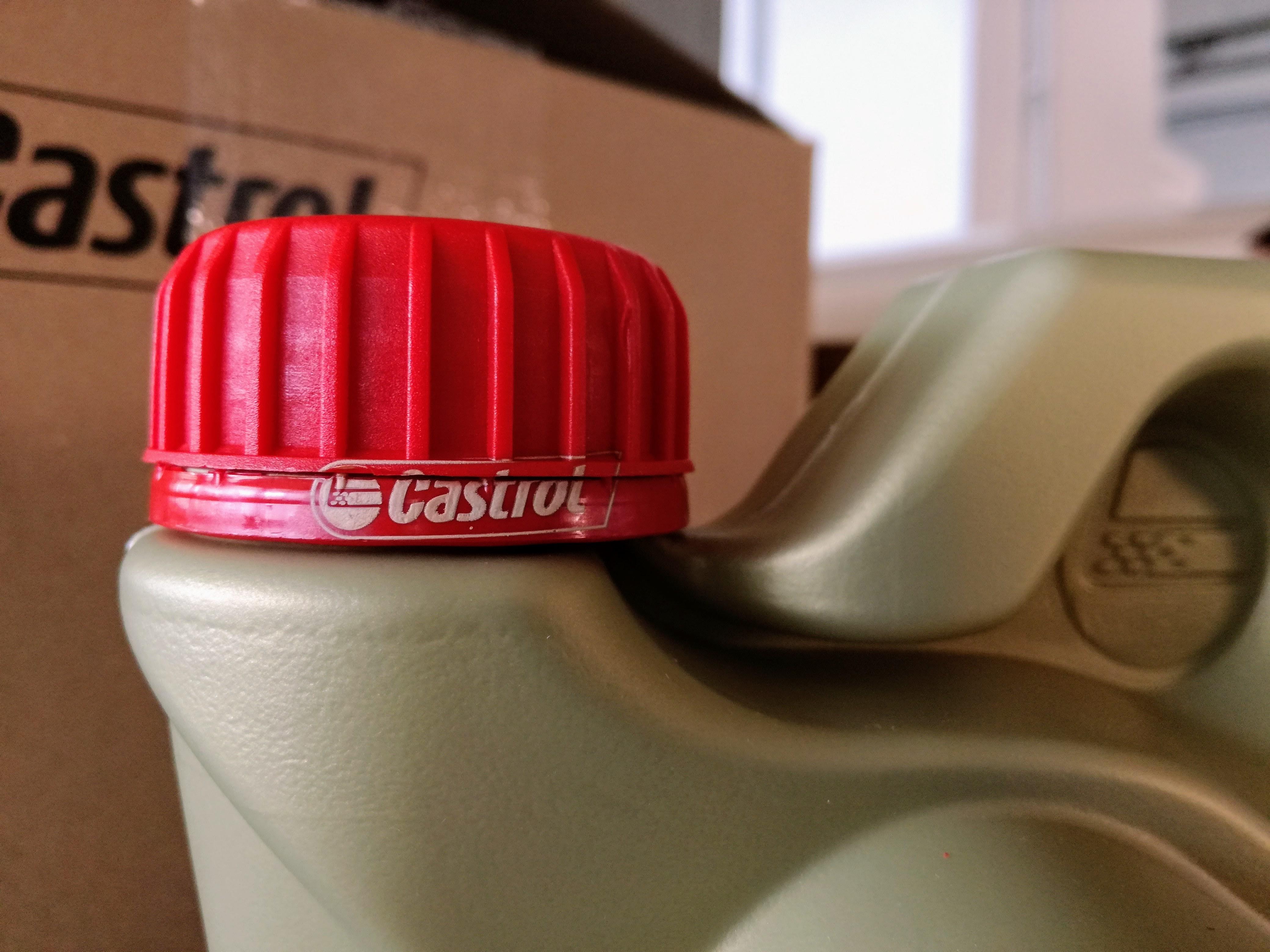 A Castrol termékek mindegyikén a zárókupak a látott helyen tartalmazza a CASTROL logót fehéren nyomva.